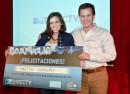 Martina-Carriquiry-(ganadora-de-la-primera-edición-de-CINEMA-+)-y-Pablo-Etcheverry-(gerente-general-de-DIRECTV-Uruguay)
